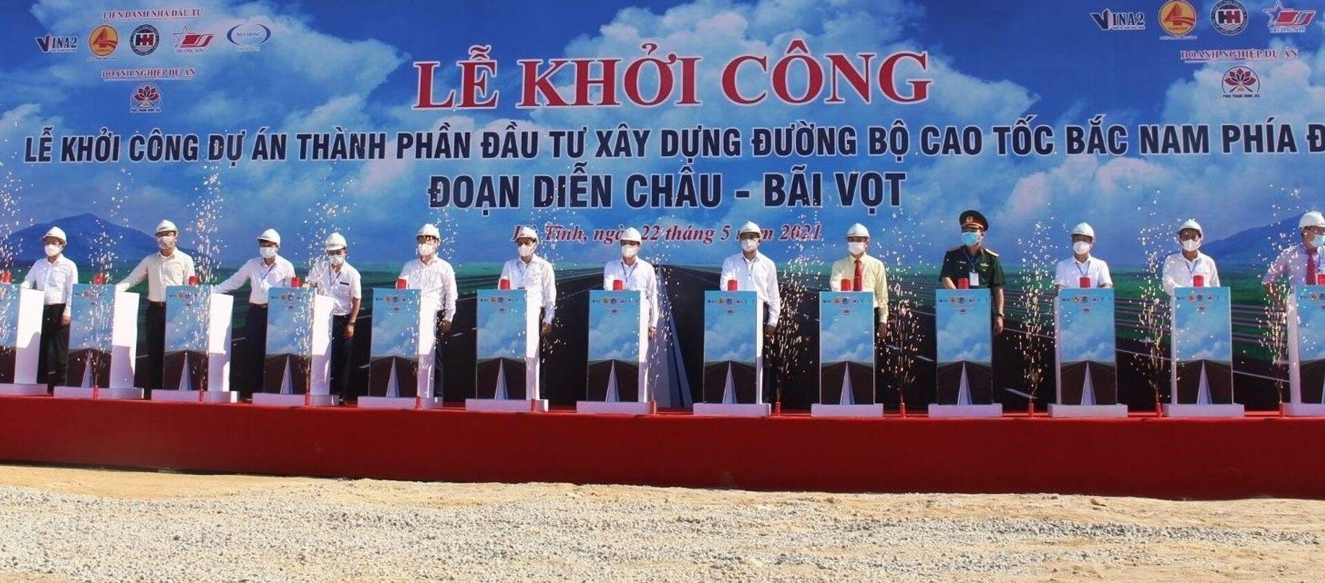 Các đại biểu ấn nút khởi công dự án cao tốc Bắc - Nam đoạn Diễn Châu - Bãi Vọt. - Sputnik Việt Nam, 1920, 22.05.2021
