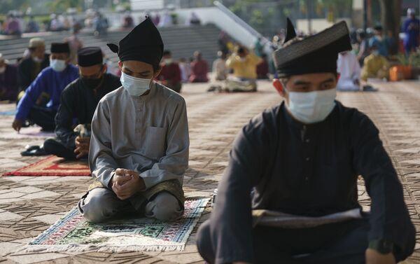 Người Hồi giáo đeo khẩu trang bảo hộ khi cầu nguyện, Kuala Lumpur, Malaysia. - Sputnik Việt Nam