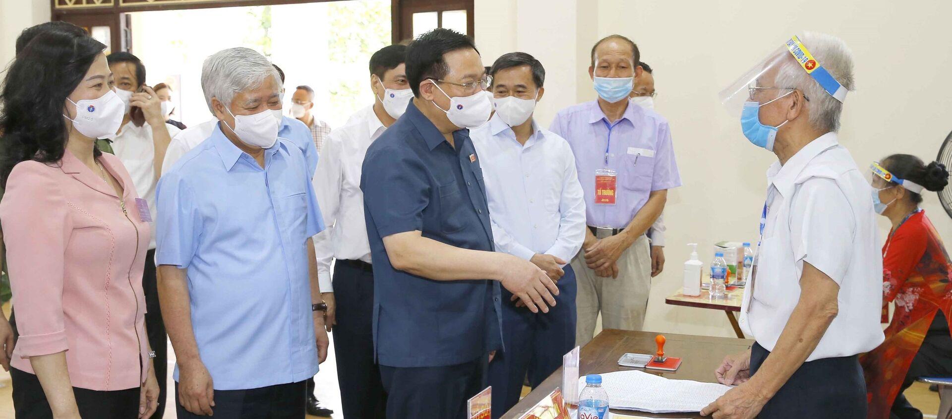Chủ tịch Quốc hội Vương Đình Huệ kiểm tra công tác bầu cử tại tỉnh Bắc Ninh - Sputnik Việt Nam, 1920, 23.05.2021