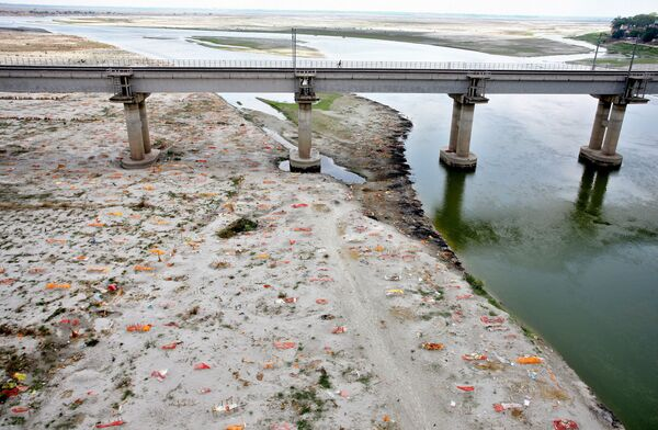 Những ngôi mộ đào nông chôn người chết vì coronavirus trên bờ cát sông Hằng, Ấn Độ - Sputnik Việt Nam
