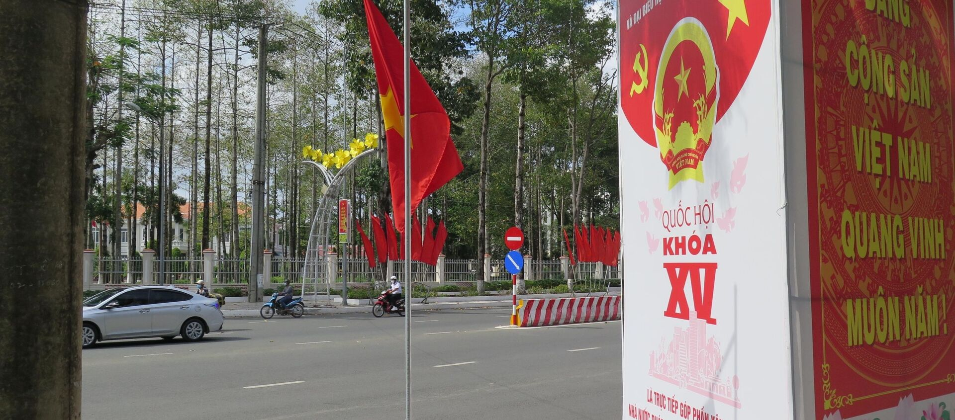Băng rôn, khẩu hiệu tuyên truyền đã được treo ở các tuyến đường và địa điểm công cộng ở Cà Mau. - Sputnik Việt Nam, 1920, 24.05.2021