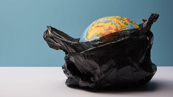 Quả địa cầu trong túi polyetylen. - Sputnik Việt Nam