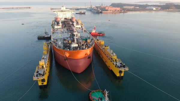 Hạ thủy tàu chở dầu Vladimir Monomakh. - Sputnik Việt Nam