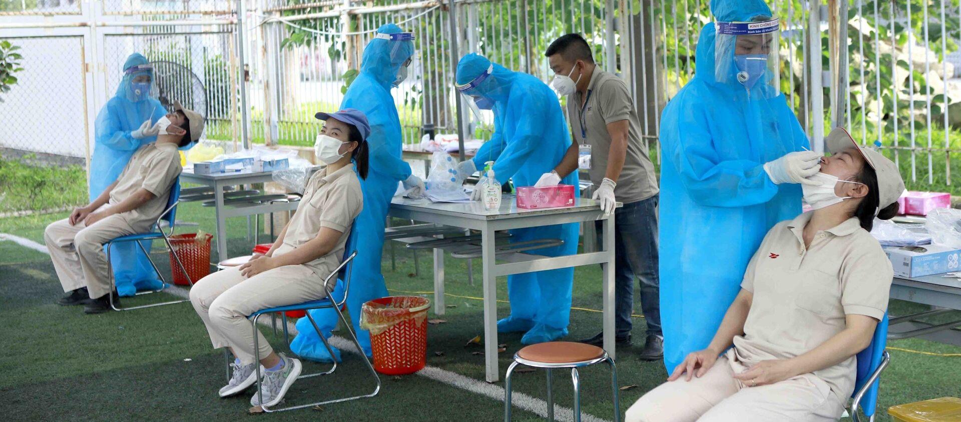 Lấy mẫu xét nghiệm SARS-CoV-2 cho người lao động tại các Khu công nghiệp - Sputnik Việt Nam, 1920, 25.05.2021