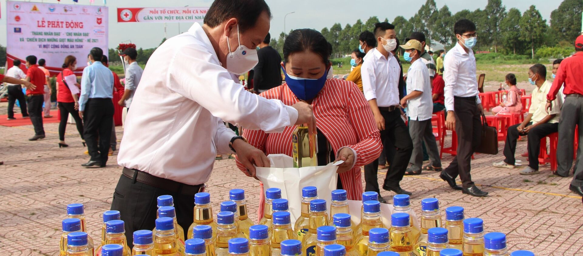 Bí thư Tỉnh ủy Hậu Giang Lê Tiến Châu trao nhu yếu phẩm cho các hộ có hoàn cảnh khó khăn tại Chợ Nhân đạo - Sputnik Việt Nam, 1920, 25.05.2021