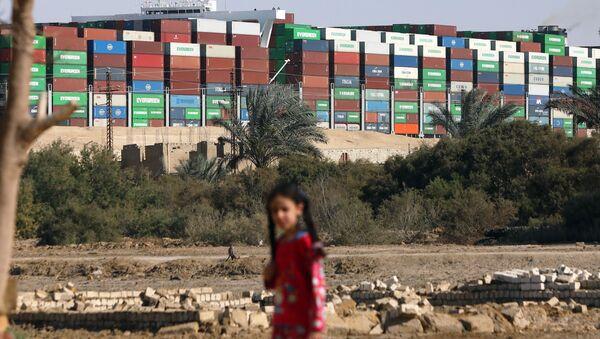 Tàu container Ever Given ở kênh đào Suez - Sputnik Việt Nam