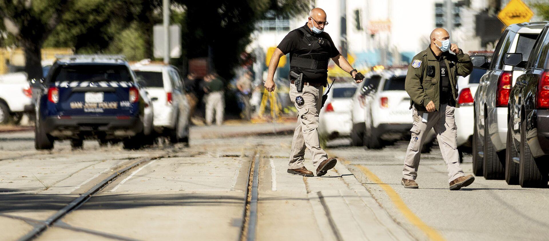 Các nhân viên thực thi pháp luật tại hiện trường vụ xả súng tại cơ sở của Cơ quan Giao thông Vận tải Thung lũng Santa Clara ở San Jose, California. - Sputnik Việt Nam, 1920, 27.05.2021