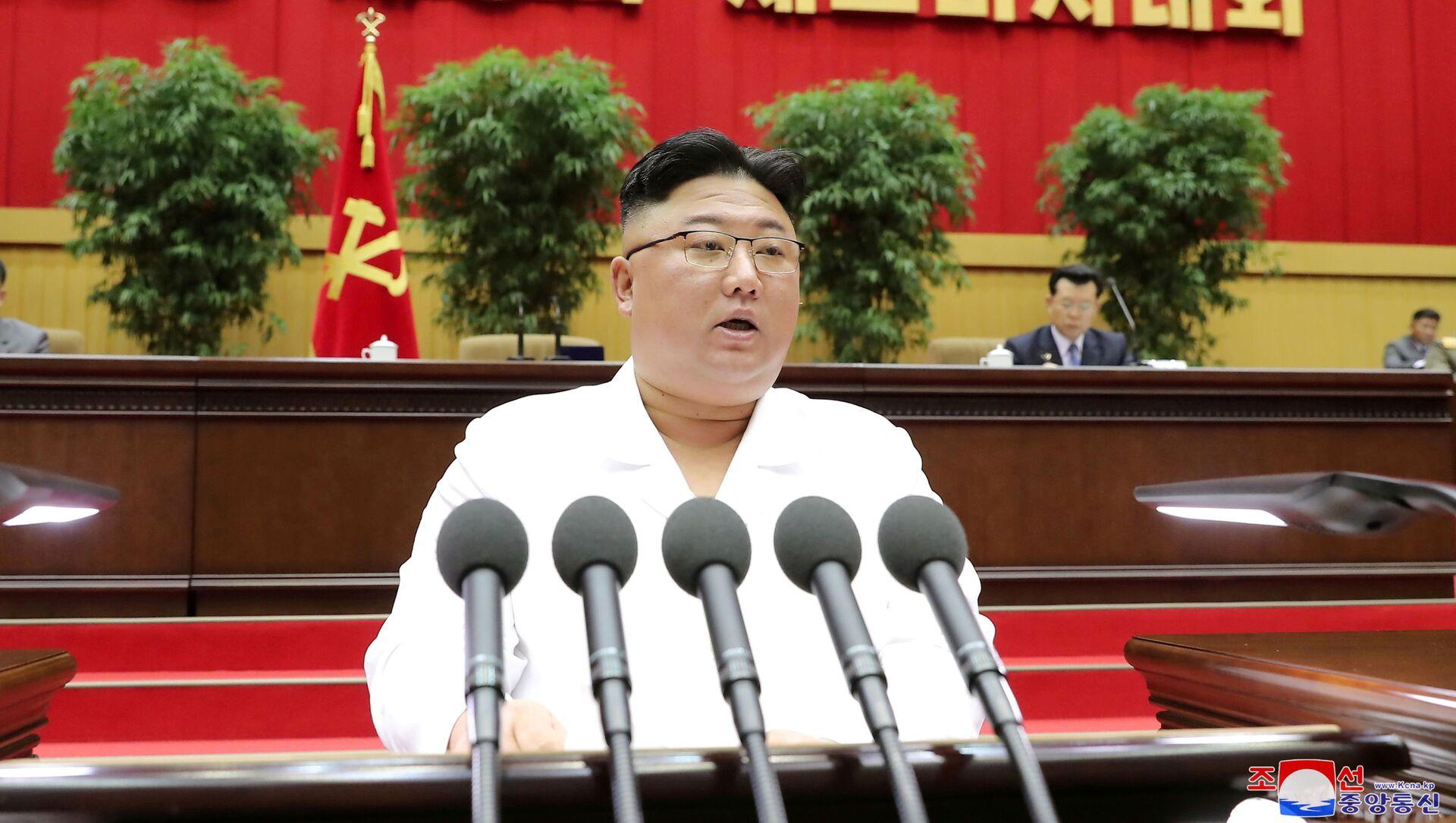 Nhà lãnh đạo Triều Tiên Kim Jong Un phát biểu trước hội nghị các bí thư chi bộ của Đảng Công nhân cầm quyền ở Bình Nhưỡng, trong bức ảnh không ghi ngày tháng được hãng thông tấn trung ương Triều Tiên (KCNA) công bố ngày 7/4/2021. - Sputnik Việt Nam, 1920, 23.09.2021