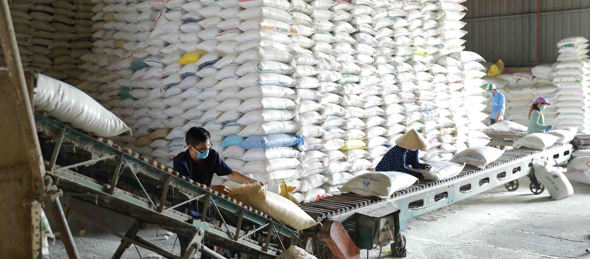 Dây chuyền chế biến, đóng gói gạo thành phẩm tại nhà máy chế biến lương thực Long An (thuộc Tổng công ty Lương thực miền Nam - Vinafood 2). - Sputnik Việt Nam, 1920, 31.05.2021