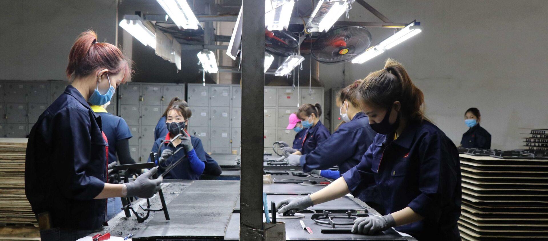Công nhân làm việc tại Công ty TNHH Quốc tế Bright Việt Nam, huyện Thuận Thành, tỉnh Bắc Ninh.  - Sputnik Việt Nam, 1920, 28.05.2021