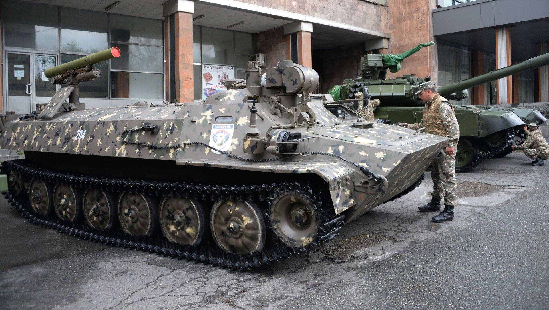 Xe chiến đấu của hệ thống tên lửa chống tăng Shturm-S tại triển lãm quốc tế về vũ khí và công nghệ quốc phòng ArmHiTec-2018 ở Yerevan - Sputnik Việt Nam, 1920, 29.05.2021