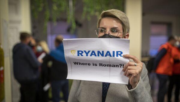 Một người phụ nữ cầm một tấm áp phích có nội dung Raman Pratasevich ở đâu ?! khi cô ấy đợi để gặp hành khách của chiếc máy bay Ryanair có số đăng ký SP-RSM, chở nhân vật đối lập Raman Pratasevich đang đi từ Athens đến Vilnius và được chuyển hướng đến Minsk sau một mối đe dọa đánh bom, sau khi hạ cánh xuống Sân bay Quốc tế bên ngoài Vilnius, Lithuania , Chủ nhật, ngày 23 tháng 5 năm 2021 - Sputnik Việt Nam