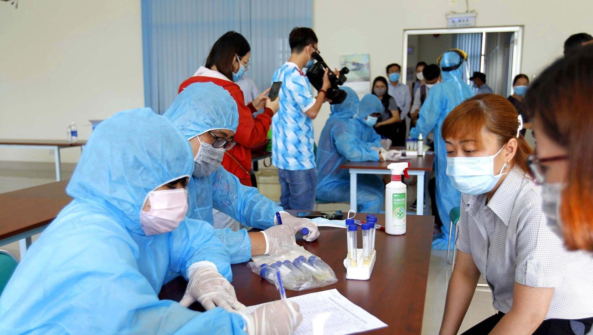 Đơn vị chức năng xét nghiệm sàng lọc COVID-19 ngẫu nhiên cho công nhân tại Công ty TNHH Kim May Organ Việt Nam. - Sputnik Việt Nam, 1920, 29.05.2021
