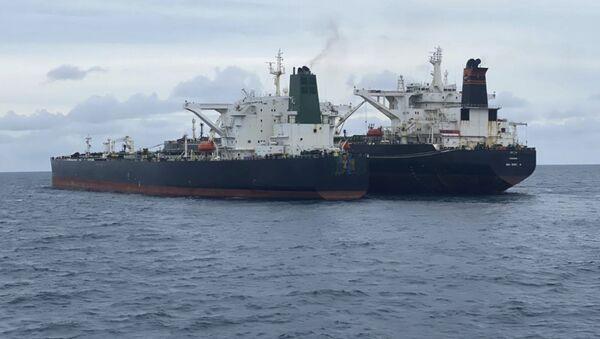 Tàu chở dầu MT Horse gắn cờ Iran và tàu chở dầu MT Frea gắn cờ Panama neo đậu ngoài khơi đảo Borneo, Indonesia. - Sputnik Việt Nam