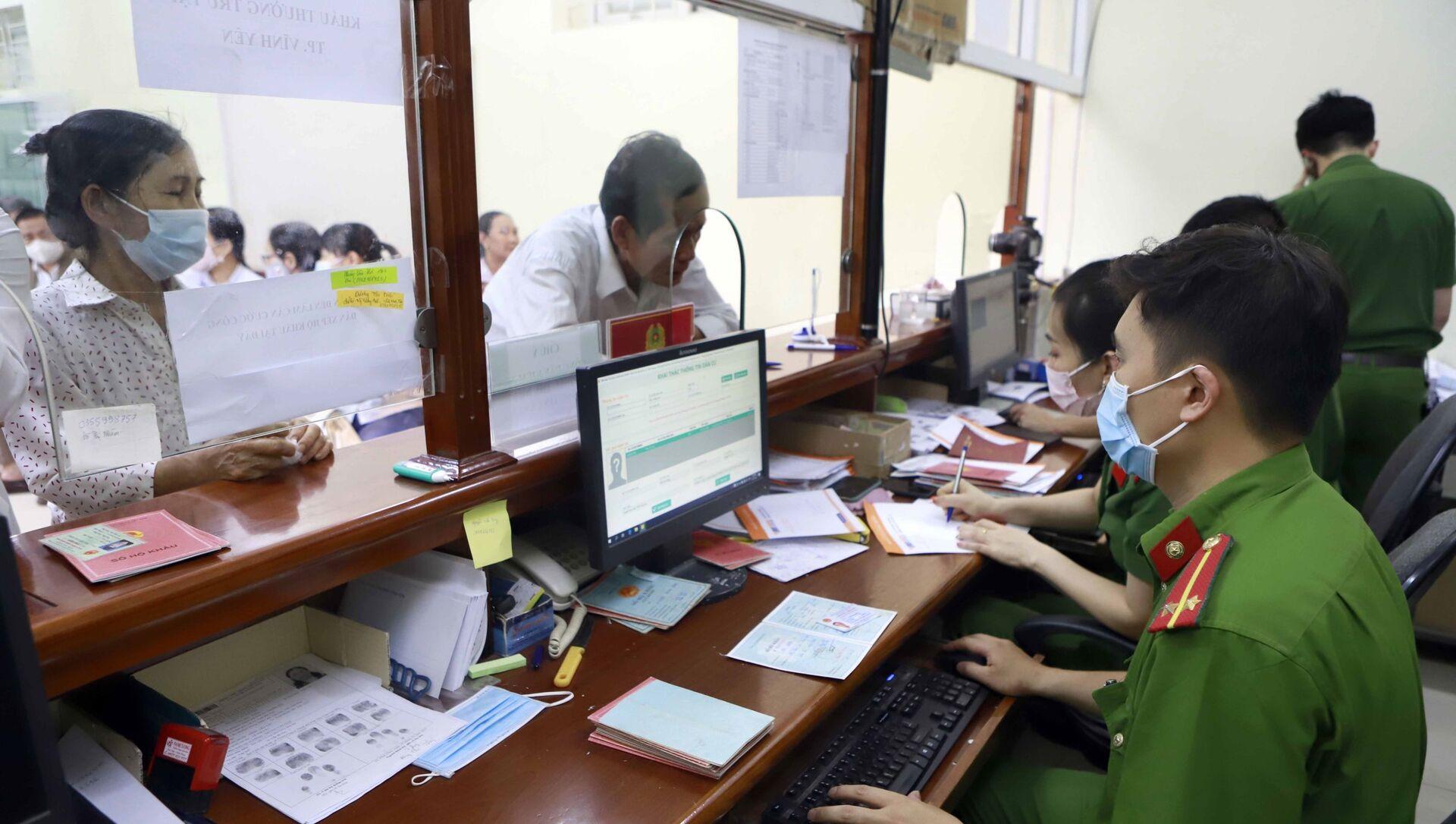 Người dân đến làm CCCD gắn chíp tại Phòng quản lý hành chính về trật tự xã hội, Công an thành phố Vĩnh Yên. - Sputnik Việt Nam, 1920, 29.05.2021