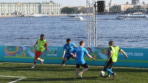 Du khách chơi trong công viên bóng đá EURO 2020 ở thành phố St.Petersburg. - Sputnik Việt Nam