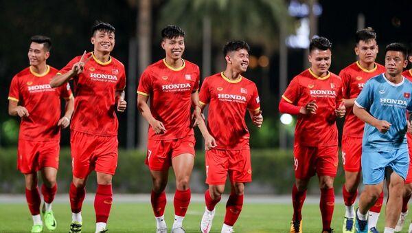 Đội tuyển Việt Nam luyện tập trên sân Dubai Police Club.  - Sputnik Việt Nam