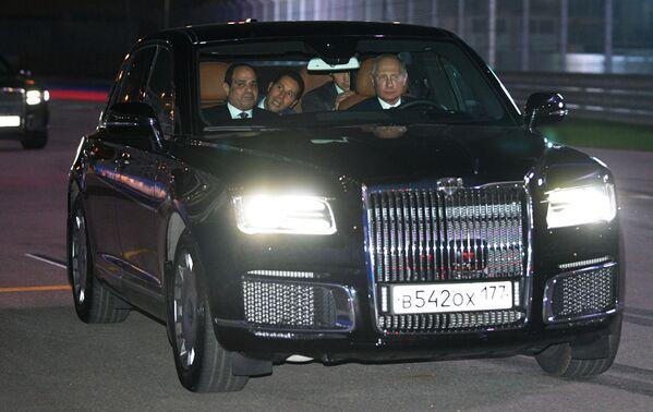 """Tổng thống Nga Vladimir Putin và Tổng thống Cộng hòa Ả Rập Ai Cập Abdel Fattah al-Sisi trên chiếc xe Aurus của đoàn công xa Tổng thống Nga trên dải đường đua """"Sochi Autodrom"""" - Sputnik Việt Nam"""