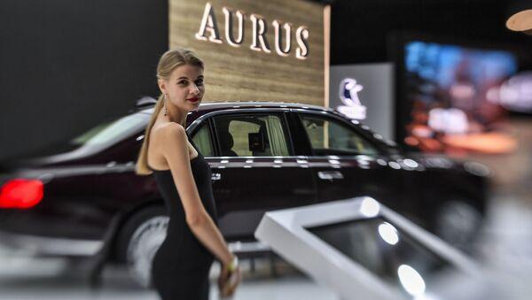 Cô gái bên chiếc xe Aurus Senat trong Hội chợ-Triển lãm xe quốc tế ở Matxcơva 2018 - Sputnik Việt Nam