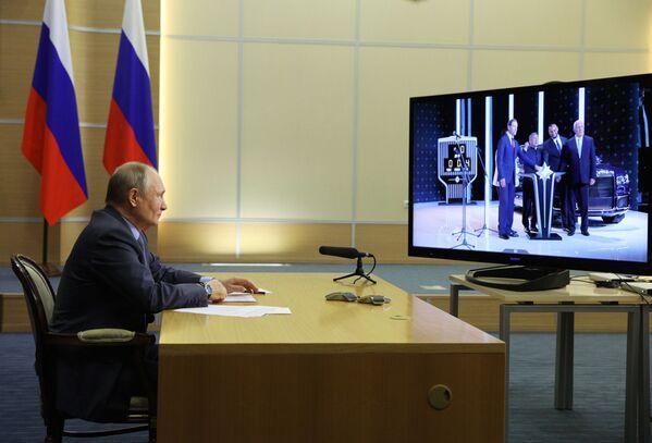 Tổng thống Vladimir Putin thông qua liên kết video tham gia nghi lễ ra mắt khởi động sản xuất hàng loạt xe limousine Aurus - Sputnik Việt Nam