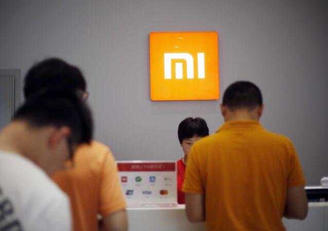 Người hàng mua thiết bị Xiaomi ở Thượng Hải, Trung Quốc.