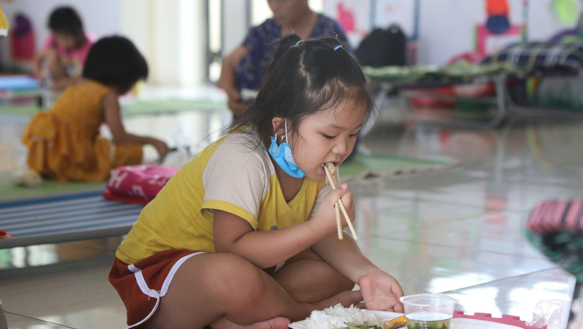 Các cháu nhỏ vui vẻ với khẩu phần ăn ngon hơn những ngày bình thường trong khu cách ly trường Mầm non xã Việt Tiến, huyện Việt Yên. - Sputnik Việt Nam, 1920, 01.06.2021