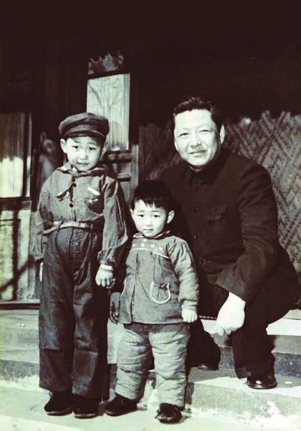 Tổng Bí thư Đảng Cộng sản Trung Quốc Tập Cận Bình (trái) cùng gia đình, năm 1958 - Sputnik Việt Nam