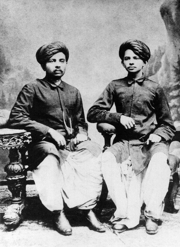 Nhà hoạt động chính trị và xã hội Ấn Độ Mahatma Gandhi cùng anh trai, năm 1886 - Sputnik Việt Nam