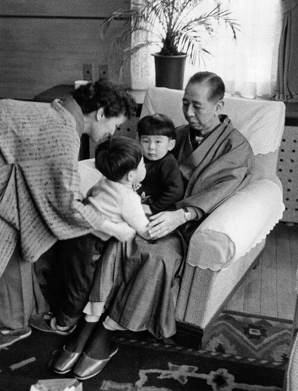 Chính trị gia Nhật Bản Shinzo Abe với ông bà của mình, năm 1960 - Sputnik Việt Nam