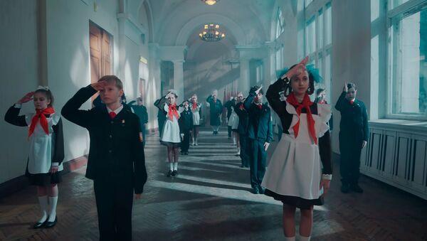 Vẫn từ video mới cho bài hát Ich hasse Kinder của Rammstein, Till Lindemann, người đứng đầu - Sputnik Việt Nam