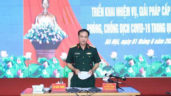Trung tướng Vũ Hải Sản, Ủy viên Trung ương Đảng, Thứ trưởng Bộ Quốc phòng, Trưởng Ban Chỉ đạo phòng, chống COVID - 19 của Bộ Quốc phòng dự và chủ trì hội nghị. - Sputnik Việt Nam