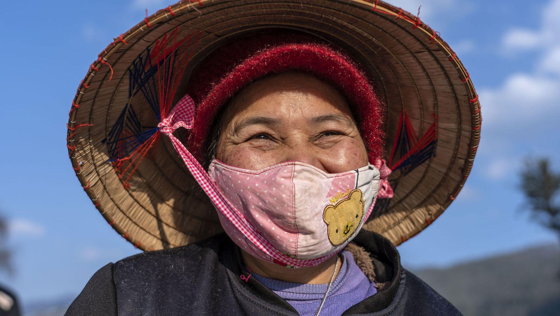 Người phụ nữ đeo khẩu trang bảo hộ trên đường phố Sapa, miền Bắc Việt Nam - Sputnik Việt Nam, 1920, 06.06.2021