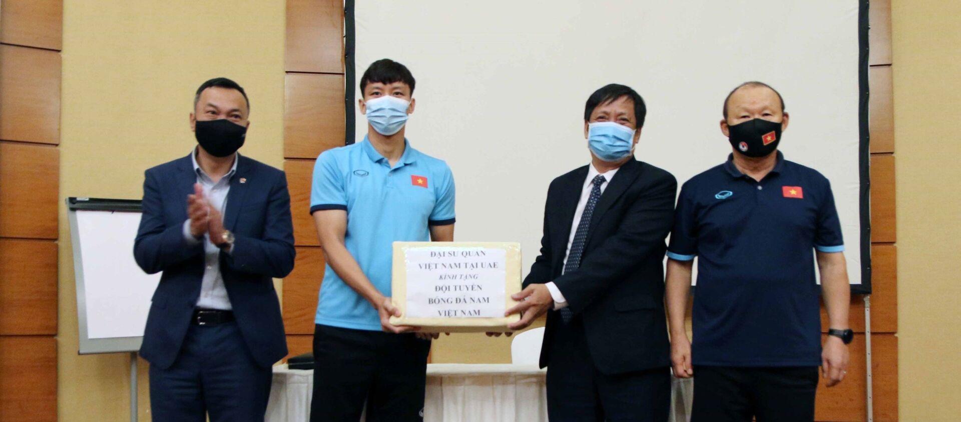 Đại sứ đặc mệnh toàn quyền Việt Nam tại UAE thăm đội tuyển Việt Nam - Sputnik Việt Nam, 1920, 02.06.2021