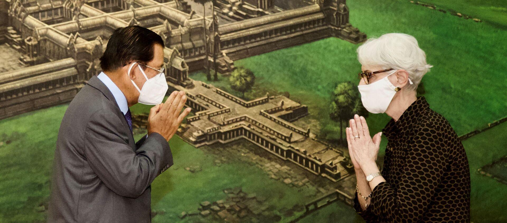 Thủ tướng Campuchia Hun Sen và Thứ trưởng Ngoại giao Hoa Kỳ Wendy Sherman trong cuộc gặp ở Phnom Penh, Campuchia. - Sputnik Việt Nam, 1920, 02.06.2021