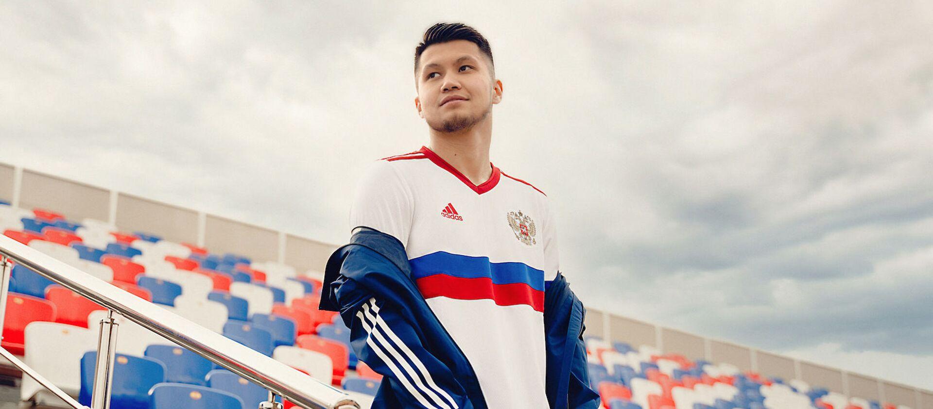 Tiền vệ Ilzat Akhmetov của đội tuyển bóng đá quốc gia Nga trong trang phục thi đấu sân khách cho giải Euro 2020. - Sputnik Việt Nam, 1920, 03.06.2021