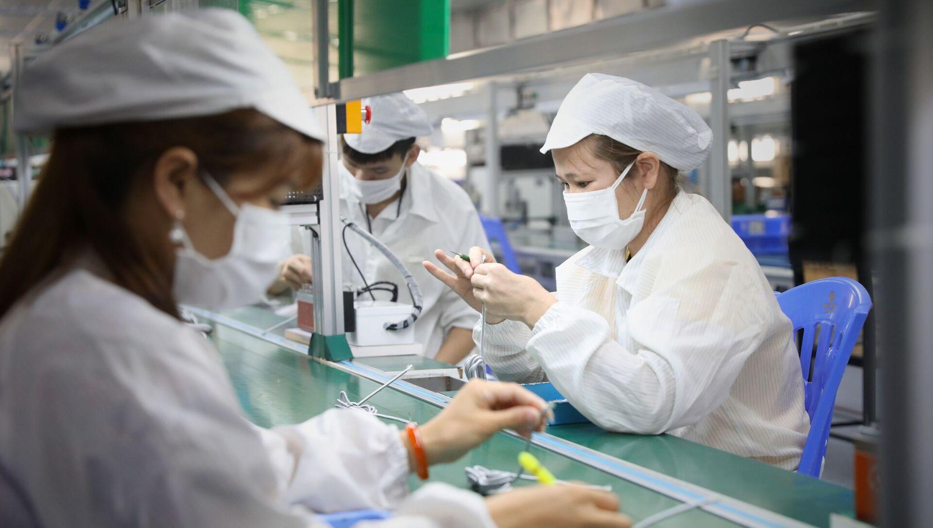 Công nhân đi làm trở lại sau 2 lần test âm tính với Covid-19 - Sputnik Việt Nam, 1920, 03.06.2021