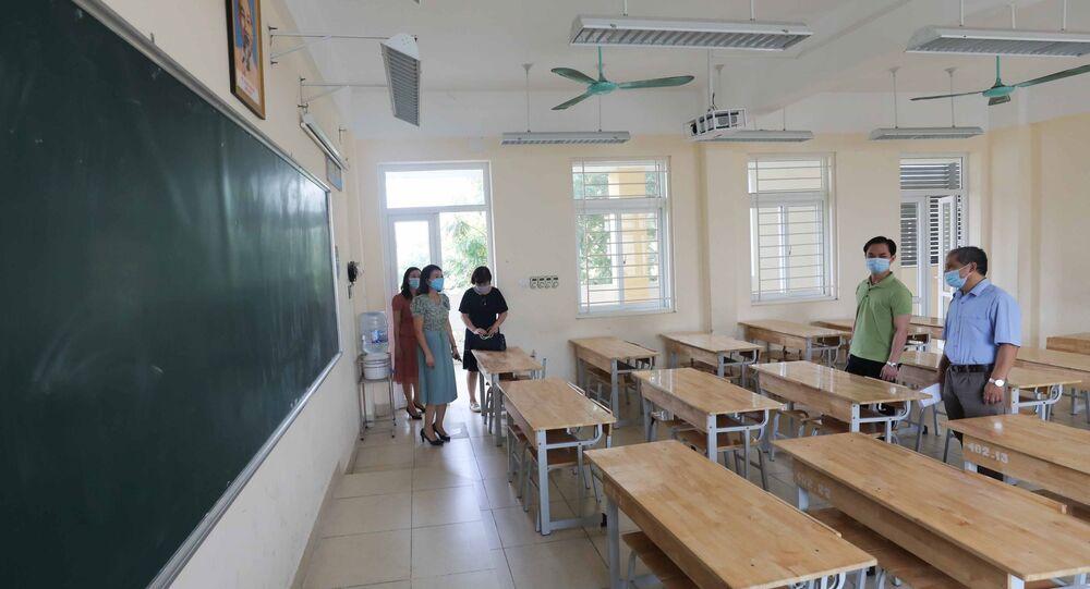 Đoàn công tác Sở GD&ĐT Hà Nội kiểm tra về công tác chuẩn bị cho kỳ thi tại điểm thi trường THPT Trần Nhân Tông, quận Hai Bà Trưng.