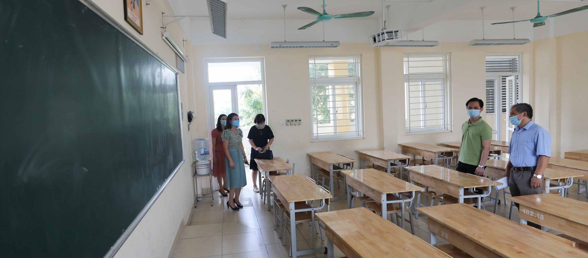 Đoàn công tác Sở GD&ĐT Hà Nội kiểm tra về công tác chuẩn bị cho kỳ thi tại điểm thi trường THPT Trần Nhân Tông, quận Hai Bà Trưng. - Sputnik Việt Nam, 1920, 03.06.2021