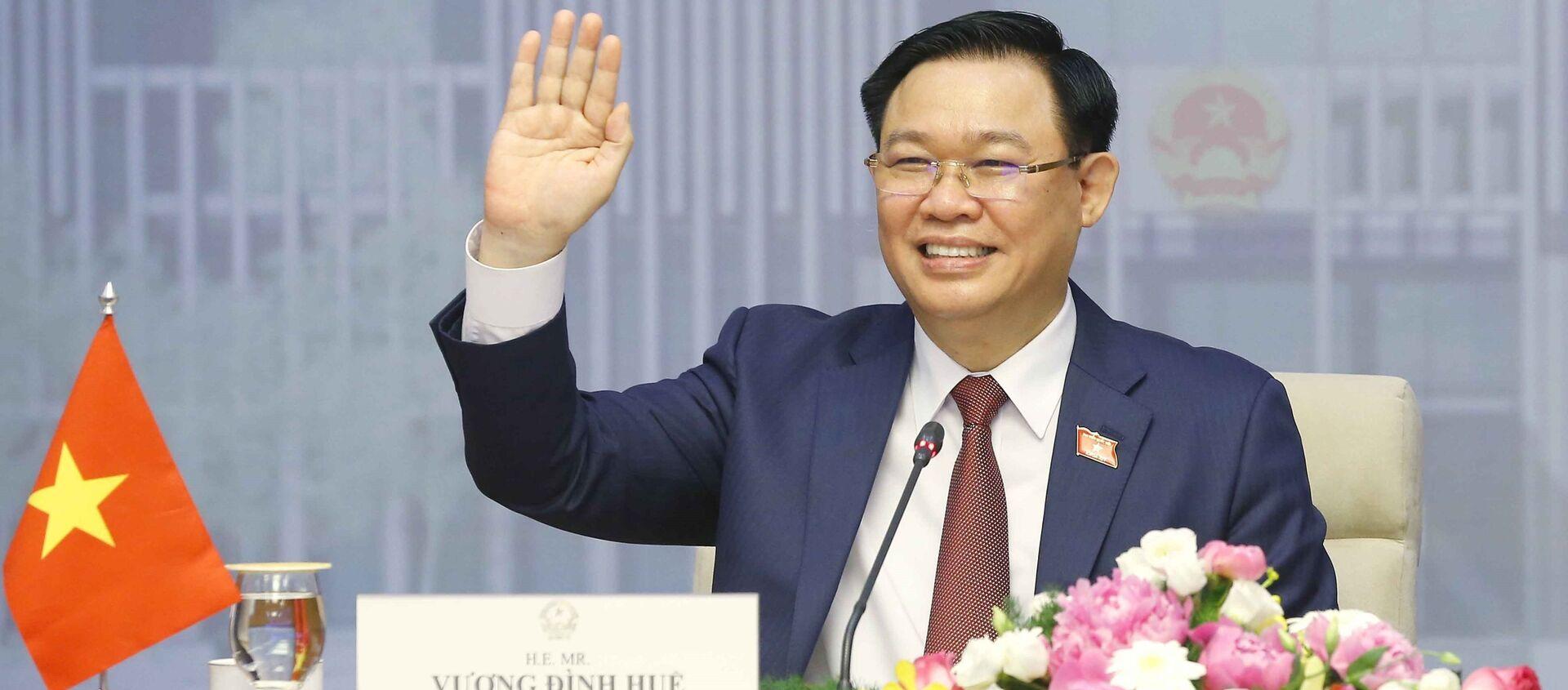 Chủ tịch Quốc hội Vương Đình Huệ chào Chủ tịch Quốc hội Vương quốc Campuchia Samdech Heng Samrin. - Sputnik Việt Nam, 1920, 03.06.2021