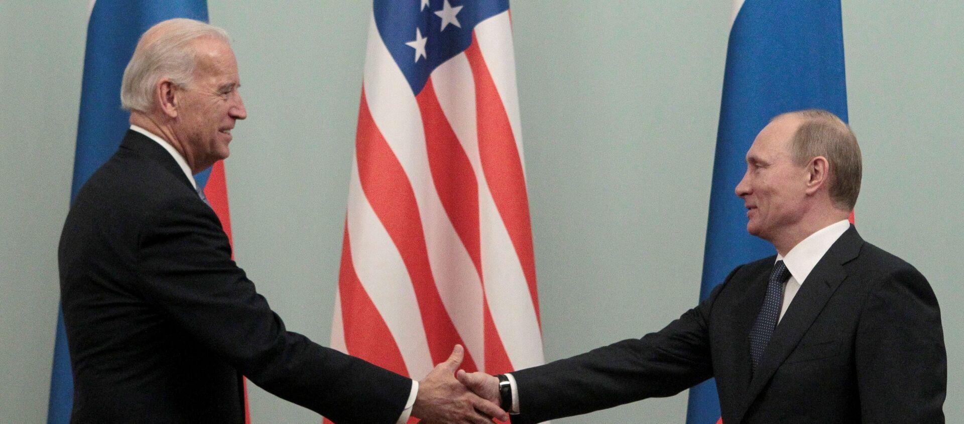 FILE PHOTO: Thủ tướng Nga Vladimir Putin (R) bắt tay Hoa Kỳ Phó Tổng thống Joe Biden trong cuộc gặp của họ tại Moscow ngày 10 tháng 3 năm 2011. - Sputnik Việt Nam, 1920, 03.06.2021