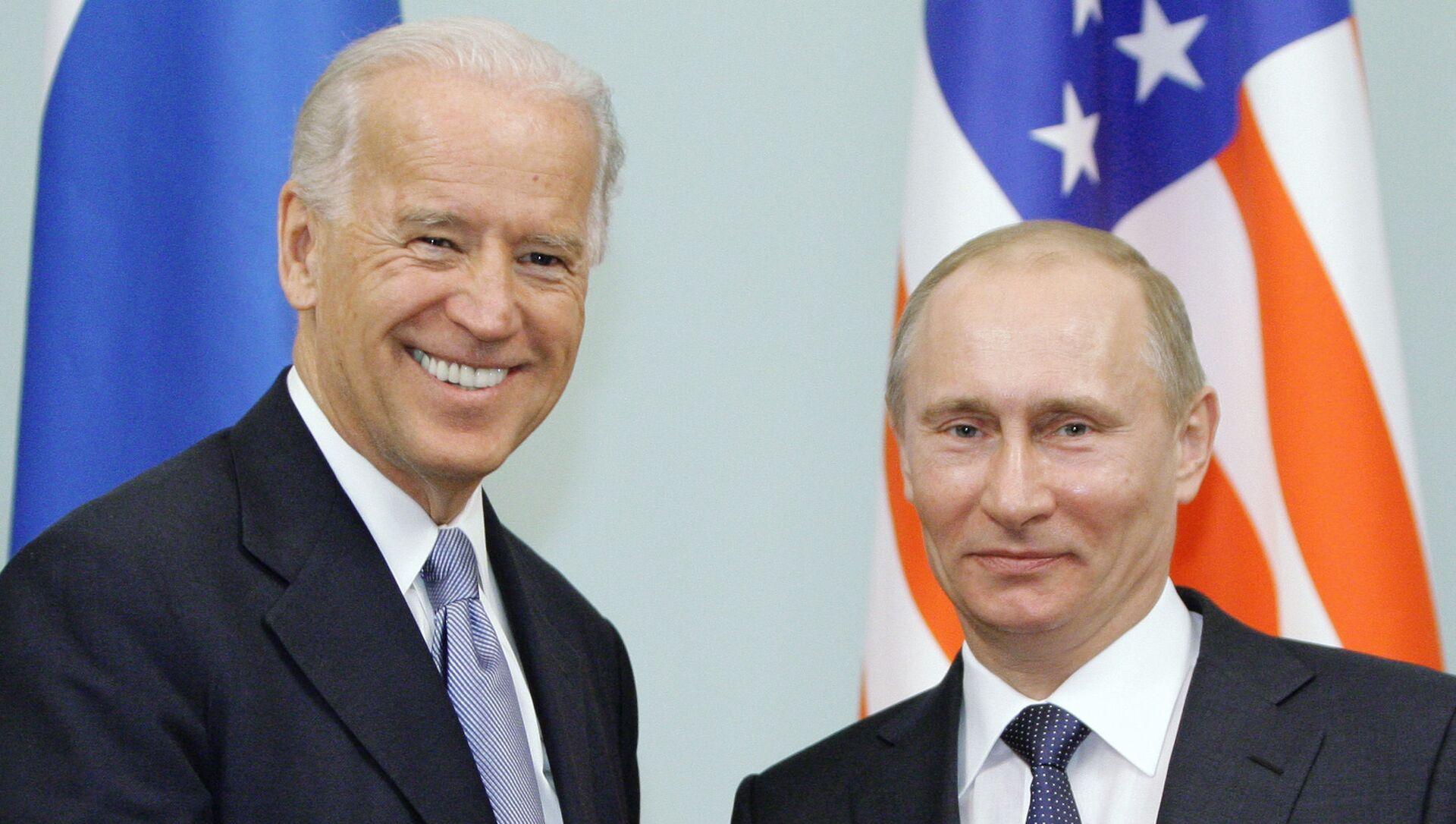 Trong bức ảnh hồ sơ ngày 10 tháng 3 năm 2011, Phó Tổng thống khi đó là Joe Biden, rời đi, bắt tay Thủ tướng Nga Vladimir Putin tại Moscow, Nga. - Sputnik Việt Nam, 1920, 14.06.2021