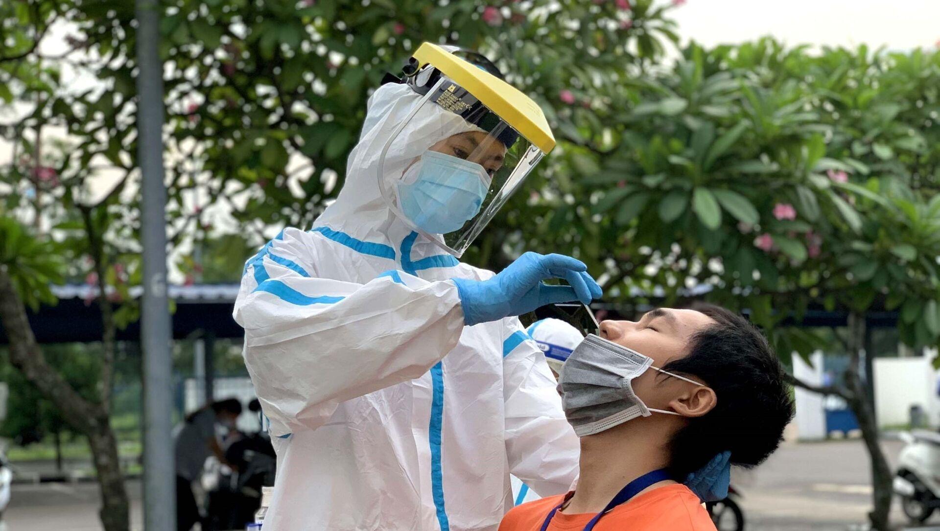 Các y bác sỹ Trung tâm kiểm soát bệnh tật Thành phố Hồ Chí Minh và Quận 7 lấy mẫu xét nghiệm sàng lọc COVID-19 ngẫu nhiên cho công nhân Công ty TNHH CCH TOP Việt Nam.  - Sputnik Việt Nam, 1920, 03.06.2021