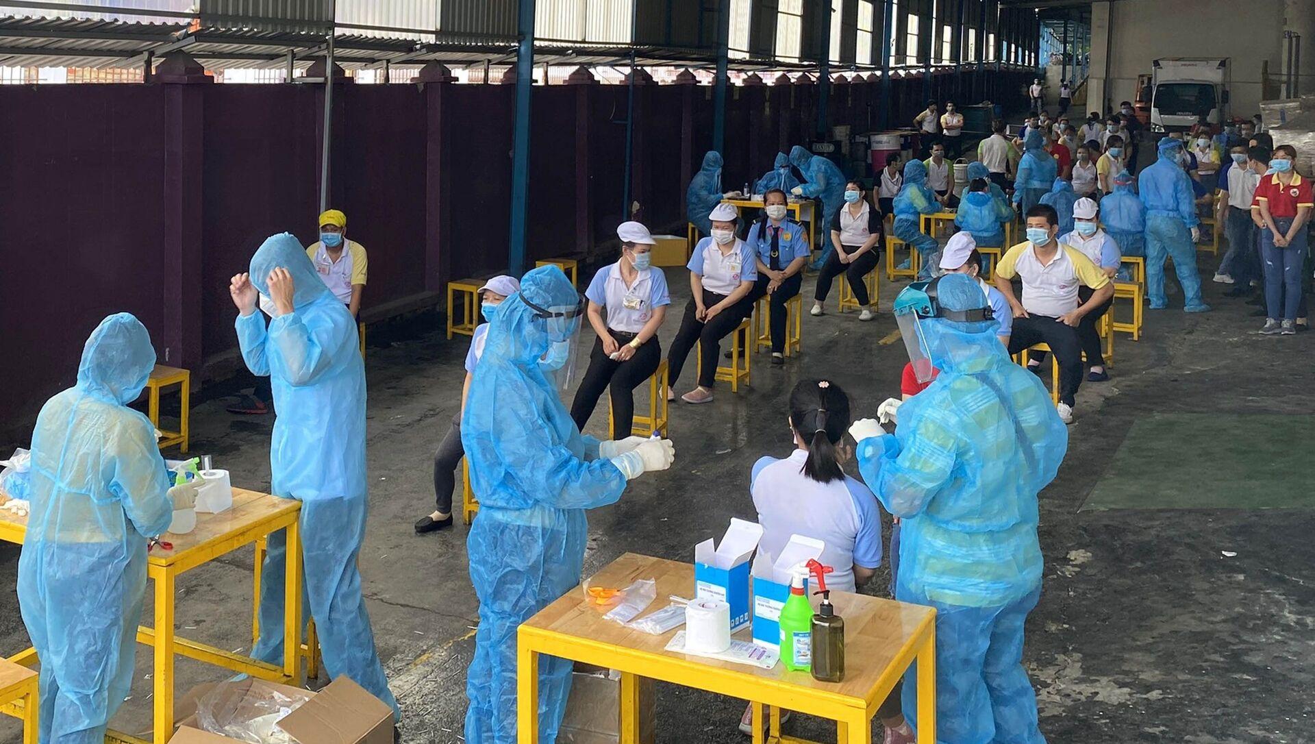 Các y bác sỹ Trung tâm kiểm soát bệnh tật Tp Hồ Chí Minh và Quận 7 thực hiện xét nghiệm sàng lọc COVID-19 ngẫu nhiên cho công nhân Công ty TNHH Solen Việt Nam ở Khu chế xuất Tân Thuận ngày 3/6. - Sputnik Việt Nam, 1920, 15.07.2021