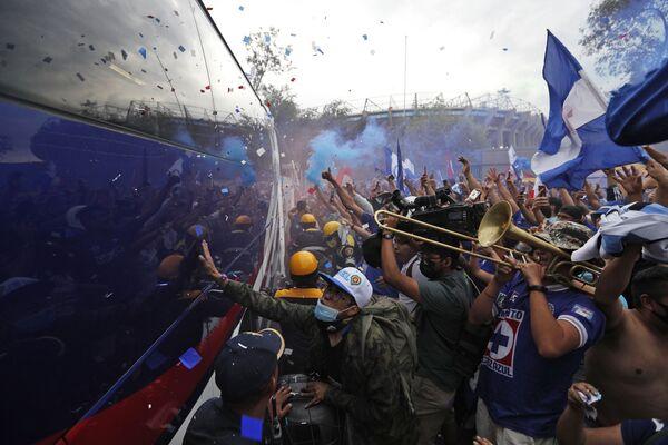 Người hâm mộ đội Cruz Azul vui mừng khi xe buýt của đội bóng đến trước trận đấu chung kết tại Sân vận động Azteca ở Mexico - Sputnik Việt Nam