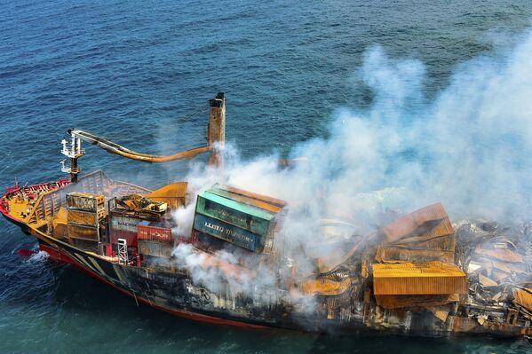 Khói bốc lên từ tàu container «MV X-Press Pearl» khi nó được kéo ra ngoài khơi Colombo - Sputnik Việt Nam