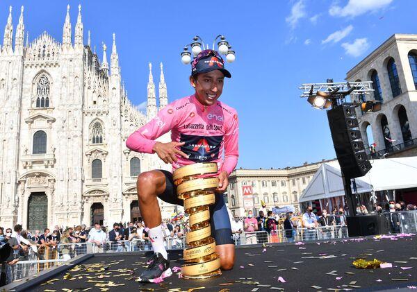Tay đua Egan Arlie Bernal Gomez tạo dáng với chiếc cúp ăn mừng chiến thắng tại Giro d'Italia - Sputnik Việt Nam