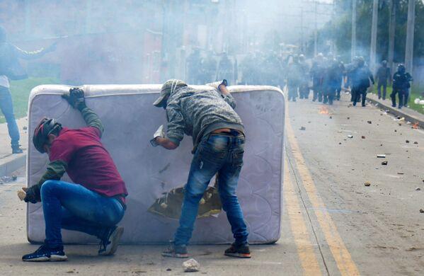 Người biểu tình nấp sau tấm nệm trong cuộc đụng độ với cảnh sát chống bạo động, Colombia - Sputnik Việt Nam