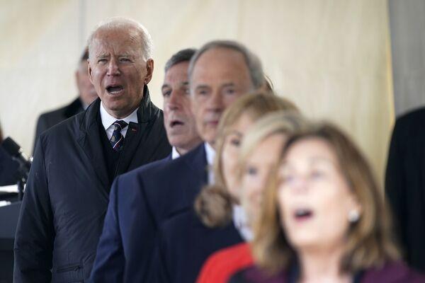 Tổng thống Joe Biden hát bài God Bless America trong Ngày tưởng nhớ tại Công viên Tưởng niệm Cựu chiến binh New Castle - Sputnik Việt Nam