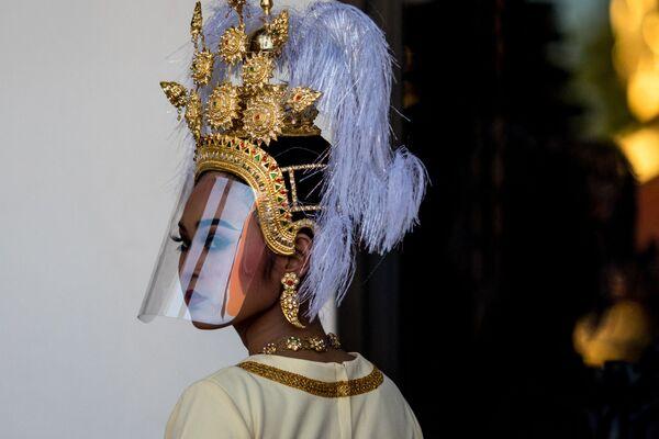 Vũ công Thái Lan trong chiếc mũ truyền thống và màn chắn phòng chống coronavirus - Sputnik Việt Nam