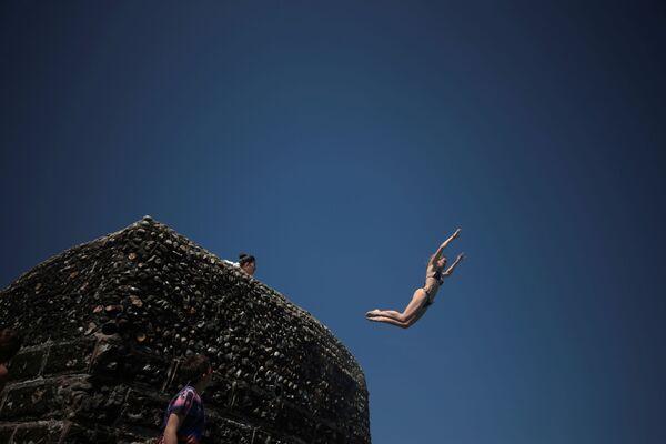 Cô gái nhảy xuống biển tại Brighton, Anh - Sputnik Việt Nam